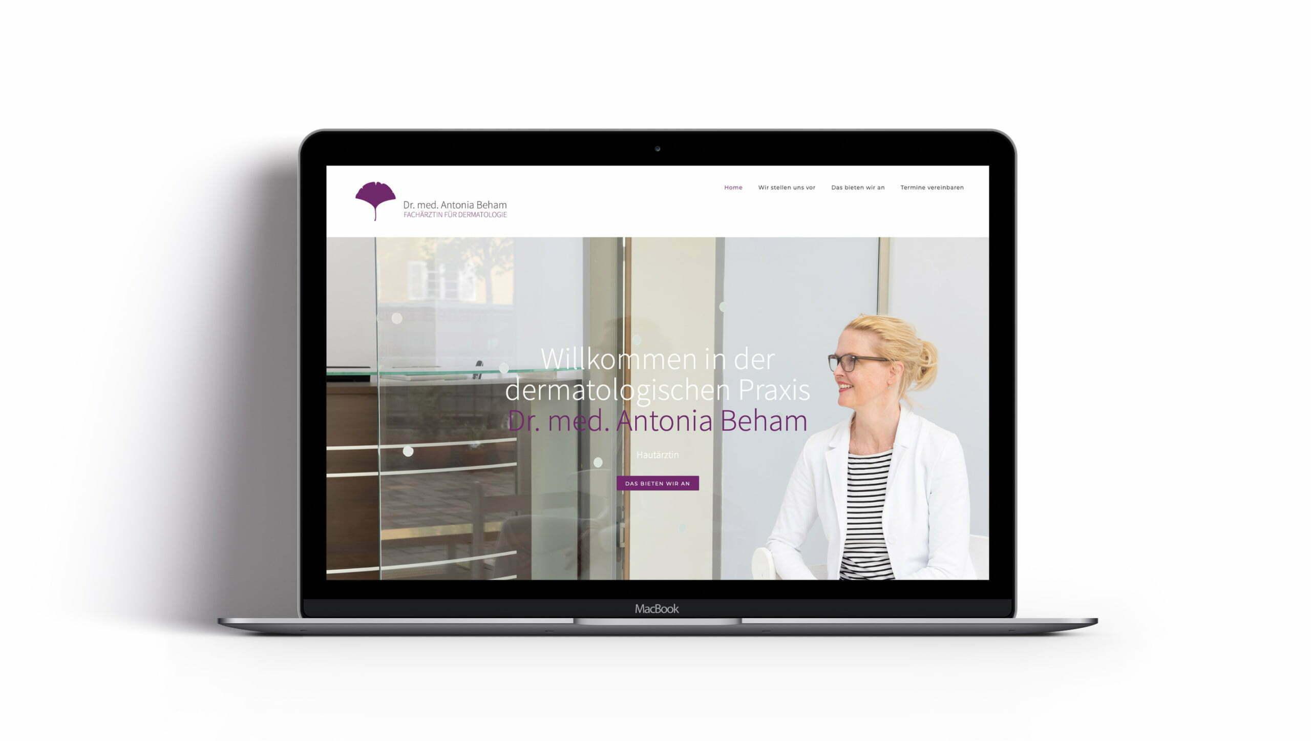 Bottega Design Referenz Illustration Webseite auf MacBook für Dermatologische Praxis Dr. Antonia Beham